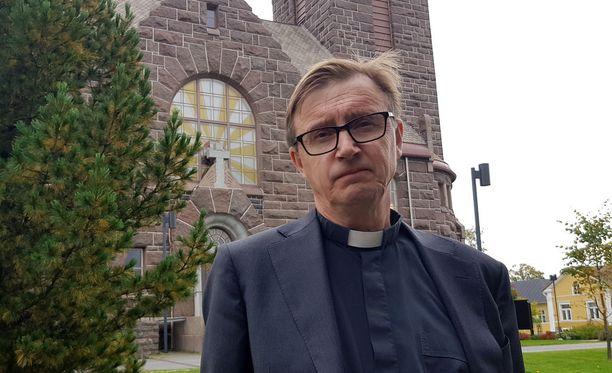 Harri Joensuu piti saarnan kirkossa ja muisti esirukouksessa surmattua nuorta naista.