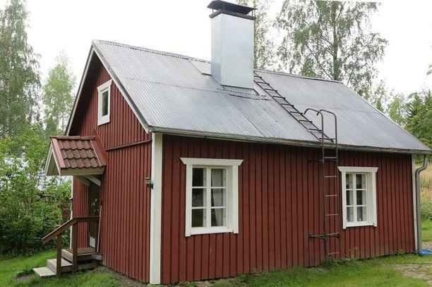 Tämä punainen mummonmökki sijaitsee maaseudulla Nilsiässä. Mökki on rakennettu vuonna 1930.