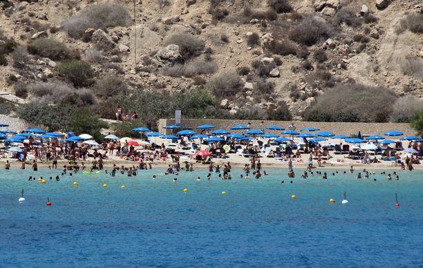 Turisteja Cape Grecon rannalla Ayia Napassa. (Kuvituskuva)