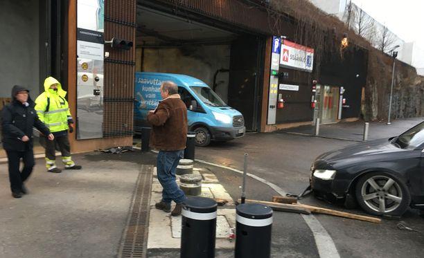 Ylös nousseet tolpat tekivät tuhoa auton keulaan. Teuvo Hakkarainen poistui kolaripaikalta otettuaan autosta kuvia.
