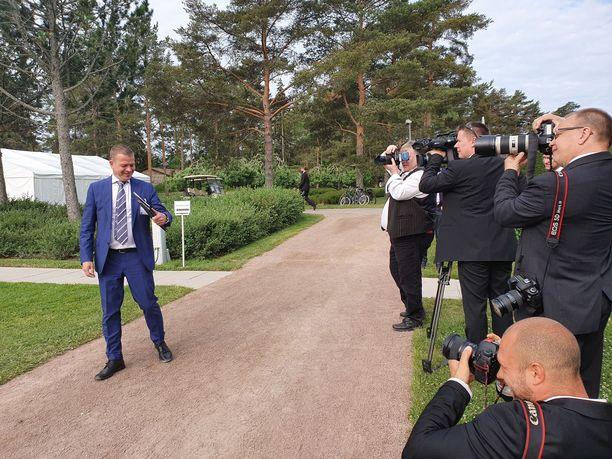 Kokoomuksen puheenjohtaja, kansanedustaja Petteri Orpo poseerasi maanantaiaamuna kameroille.
