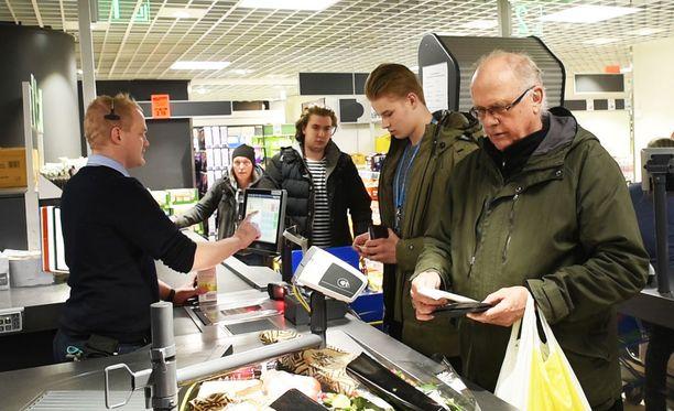 Erik Sjöberg (oik.), Topias Tarma ja Samuli Johansson käyttivät Lidlin kampanjaa hyödykseen maanantaina aamupäivällä.