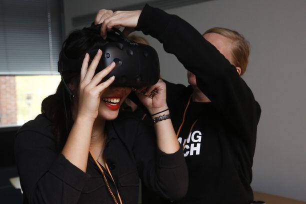 Jenna Hyvönen saa virtuaalilasit päähänsä ja pääsee tutustumaan muun muassa Auringon magneettikenttiin.