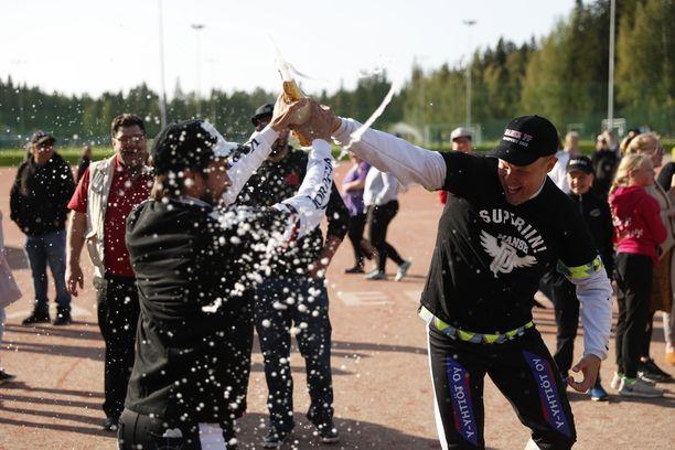 Manse PP:n Ville Hotakainen ja Ville Kero löivät Ylivieskan kuulaa vastaan kolme juoksua mieheen ja pääsivät juhlimaan Kaupissa kolmen pisteen voittoa ja Superpesis-nousua.
