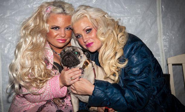 Tukiaisen sisarukset poseerasivat koiran kanssa siinä vaiheessa, kun heidän oli vielä tarkoitus esiintyä. Lopulta siskokset jättivät kuitenkin esiintymisen väliin.