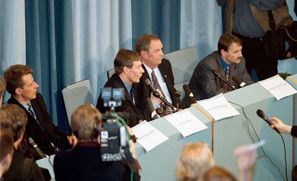 Paavo M. Petäjä (toinen oikealta) oli kaiken keskellä Lahdessa 2001.