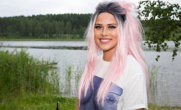 Sara Forsberg kiinnitti katseita tissipaidassa Himos Juhannuksessa Jämsässä. Vaatekaapista löytyy muitakin sokeeraavia asuja.