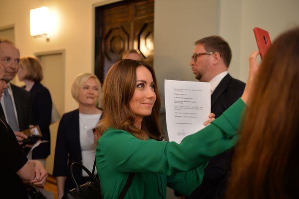 Jaana Pelkonen (kok) pääsi jatkokaudelle eduskuntaan. Taustalla uusi kansanedustaja Mari Rantanen (ps).