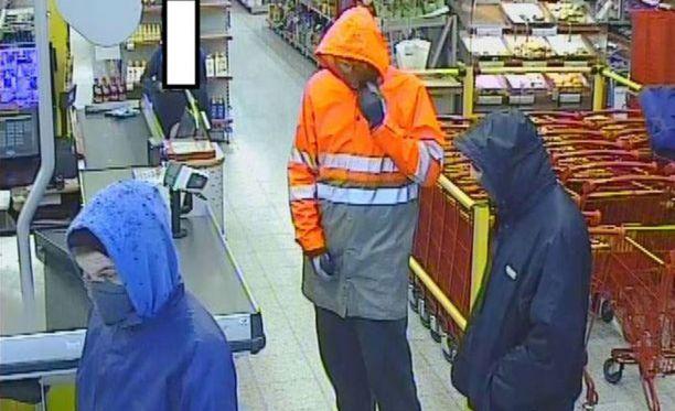 Kolmikko yritti ryöstää myymälän Kajaanissa Hetteenmäessä viime torstaina. Epäonnistuneen yrityksen jälkeen kolmikko jatkui matkaansa ja ryösti Teboilin veitsellä uhaten.