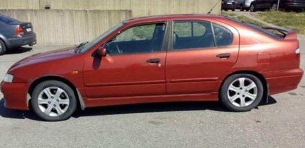 Poliisi julkaisi kuvan etsimästään Nissan Primerasta palon jälkeisenä lauantaina. Pelastuslaitos sai saman auton palosta ilmoituksen lauantaina kello 13.35.