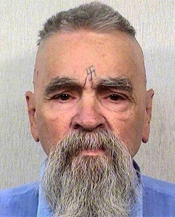 Tämä kuva jäi Charles Mansonin viimeiseksi viralliseksi vankilakuvaksi.