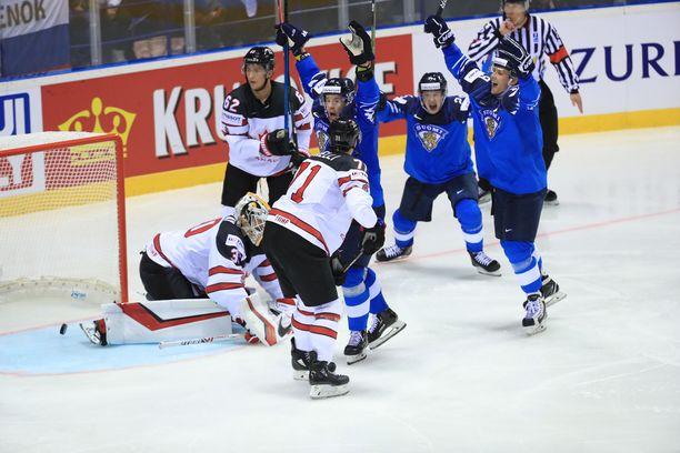 Toni Rajala (keskellä takana) sai toisen syöttöpisteensä Arttu Ilomäen ylivoimamaaliin.
