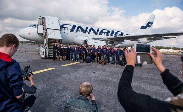 Lennon AY7001 miehistö ja Jokerien joukkue kokoontuivat yhteiskuvaan ennen historiallista lentoa.