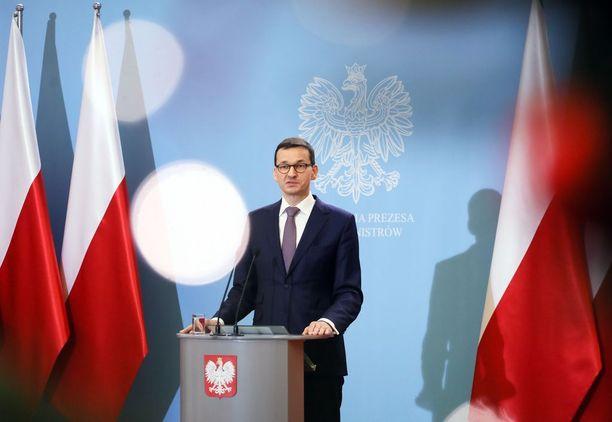 Viime viikon maanantaina pääministerin tehtävässä aloittanut Mateusz Morawiecki joutuu heti kovan paikan eteen. Hänen edeltäjänsä Beata Szydlo siirtyi varapääministeriksi, kun puolue päätti kierrättää ministereitään.