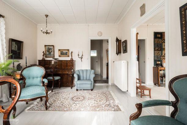 Talo on rakennettu 1941. Asunnossa on kaksi kamaria, olohuone, keittiö ja kellarikerroksessa pesutilat ja työskentelytilaa.