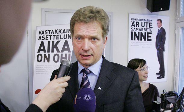 Keskustan entisen puoluesihteerin Jarmo Korhosen kirja Maan tapa todisti, että Niinistön kampanjaan oli kerätty rahaa tavalla, joka mahdollisti lahjoittajan henkilöllisyyden salaamisen.