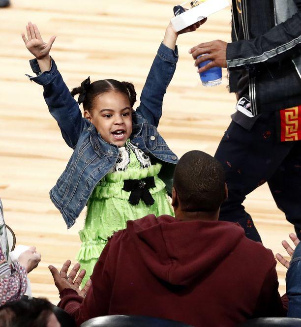 Blue Ivy Carter isänsä kanssa NBA:n tähdistöottelussa muutama vuosi takaperin.