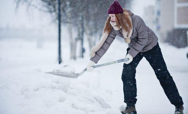 Märkä lumi on raskasta lapioitavaa.