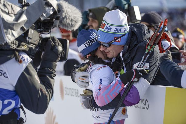 Valmentaja Matti Haavisto ja hiihtäjä Krista Pärmäkoski halasivat lämpimästi viime lauantaina Lahden hiihtostadionilla, kun vuosien yhteistyö poiki suuren unelman: henkilökohtaisen arvokisamitalin.