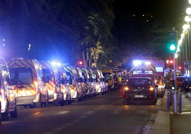 Ambulanssien pitkä jono Nizzan kadulla on surullinen näky.
