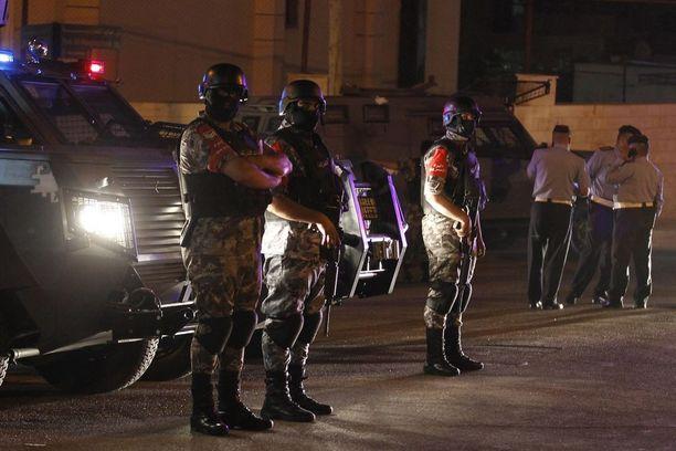 Jordanian turvallisuusjoukot seisoivat Israelin suurlähetystöllä Ammanissa.