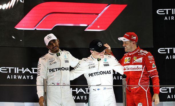Uusi F1-logo vaihtui Abu Dhabin palkintokorokkeelle Lewis Hamiltonin, Valtteri Bottaksen ja Sebastian Vettelin palkitsemisseremonian jälkeen.