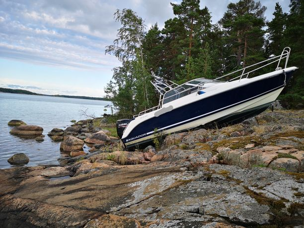 Vene karautti pitkälle rantaan. Kuljettaja vietiin hoitoon. Hänen epäillään olleen humalassa.