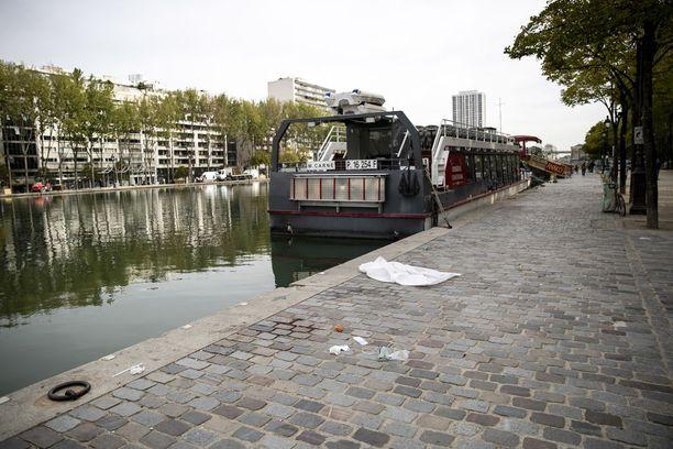 Veritahra ja lääkintätarpeet muistuttivat maanantaina Canal de l'Ourqin rannalla tapahtuneista puukotuksista.