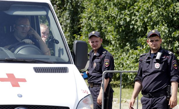 Poliisit ruumishuoneen edessä Moskovassa 20. kesäkuuta. 14 lasta hukkui Säämäjärven lastenleirillä ja yksi on edelleen kateissa.