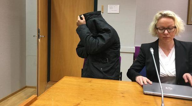 Epäilty peitti kasvonsa vangitsemisistunnossa.