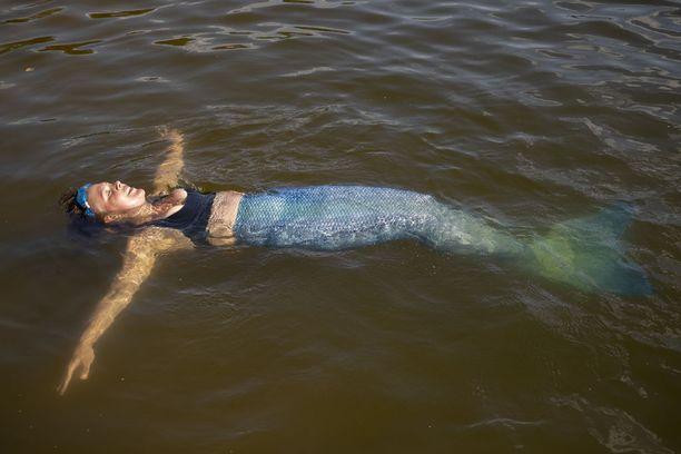 Ensikertalaisen kannattaa opetella uimaan pyrstön kanssa uimahallissa, sillä uimataidon heikkeneminen saattaa yllättää.