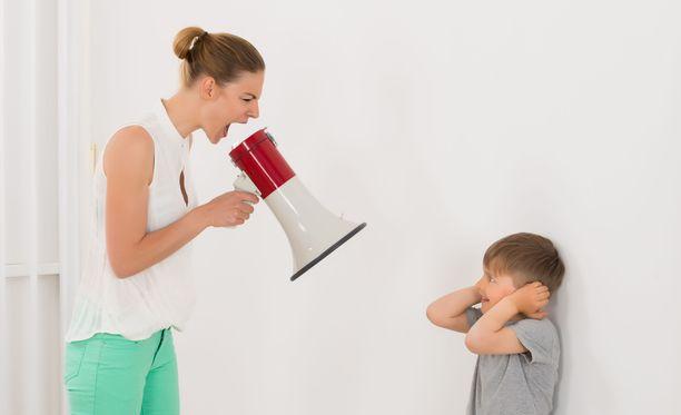 Jatkuva moittiminen ja mitätöiminen vahingoittaa lasta. Kuvituskuva.