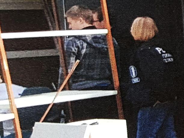 Sama ruututakkinen mies, joka tallentui kuvaan naapurin varastolla, oli muiden poliisien kanssa etsinnöillä myös Jari Aarnion kiinteistöllä.