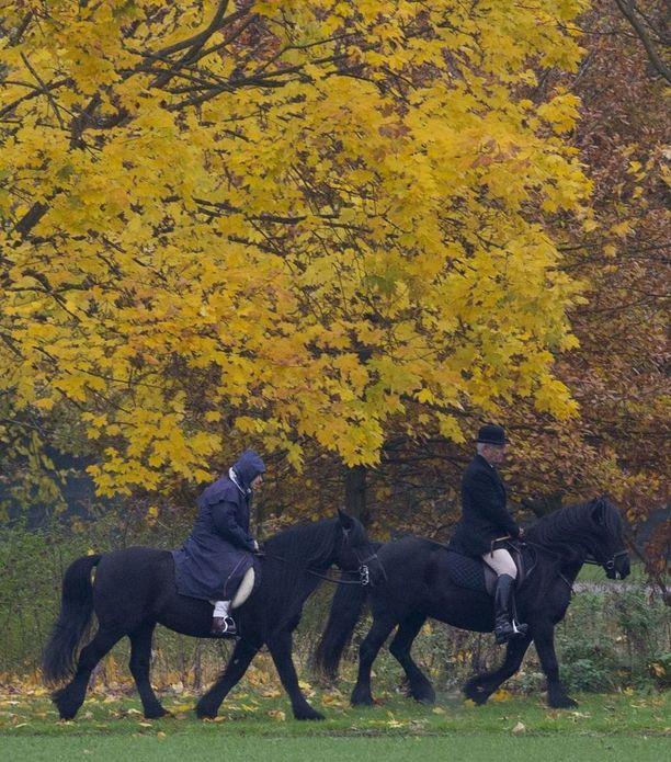 Kuningatar on ratsastanut useita vuosikymmeniä. Häntä kiinnostavat erilaiset hevosurheilutapahtumat, kuten laukkaratsastuskilpailut.