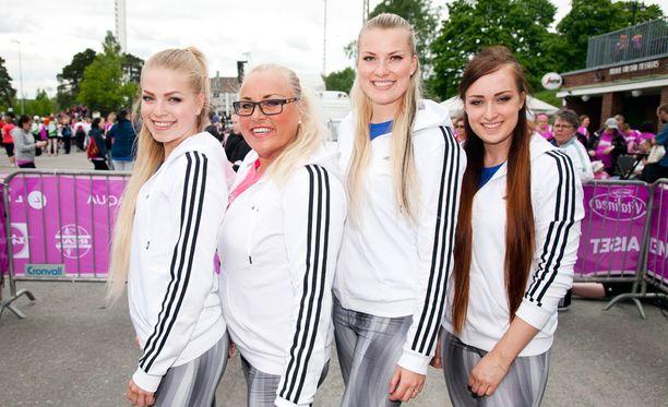 Anne Sällylä osallistui viime keväänä Naisten Kymppiin kolmen tyttärensä kanssa.
