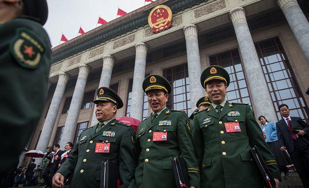 Sotilaiden edustajat poistumassa kerran viidessä vuodessa pidettävän puoluekokouksen avajaisistunnosta.