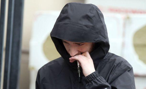 Robert Sharkey poistumassa oikeudenkäynnistä.