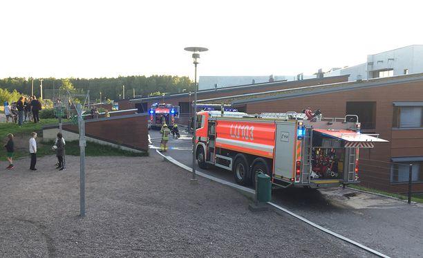Ruusutorpan koululle Espooseen saapui torstai-iltana kaikkiaan seitsemän pelastuslaitoksen yksikköä.