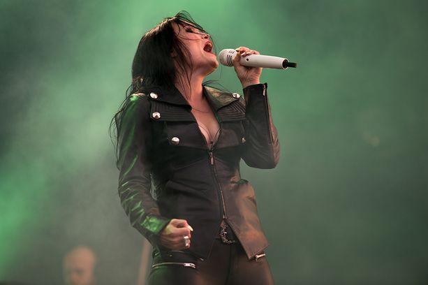 - Olet maailman paras metal-laulaja-kuningatar, fanit suitsuttivat.