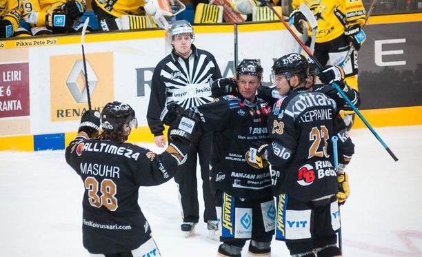 Joonas Kemppainen (oikealla) iski kaksi alivoimamaalia. Neljän plussan Adam Masuhr vas ja Lasse Kukkonen onnittelevat.