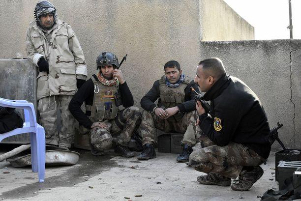 Kapteeni Mahdi (edessä oikealla) sai maanantaina surmansa Irakin armeijan tulituksessa.