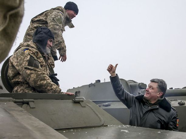 Ukrainan presidentti Poroshenko vierailee usein Itä-Ukrainassa. Kuva joulukuusta 2014.