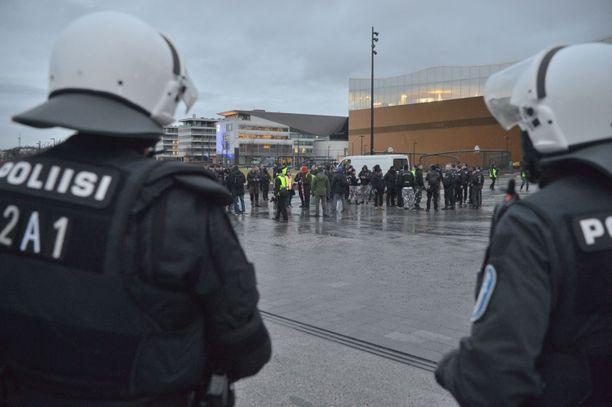 Soldiers of Odin -järjestö kokoontui itsenäisyyspäivänä Helsingin Kansalaistorille. Toimintakiellossa olevan PVL:n edustajat olivat kannustaneet omiaan osallistumaan Soldiers of Odinin kulkueeseen.