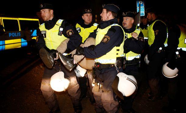 Poliisi häätää siirtolaisia laittomasta leiristä Malmössa. Tyhjennys on edennyt pääasiassa rauhallisesti.