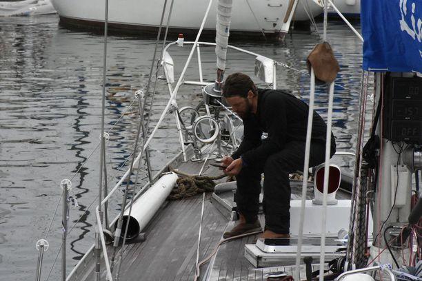 Mikko Leppilampi ei malttanut rantautua millään. Hän jäi pitämään hiljaista hetkeä veneen perään.