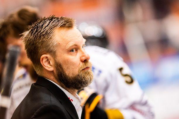 Kärppien päävalmentaja Mikko Manner otti finaalitappiosta paljon omaan piikkiinsä.