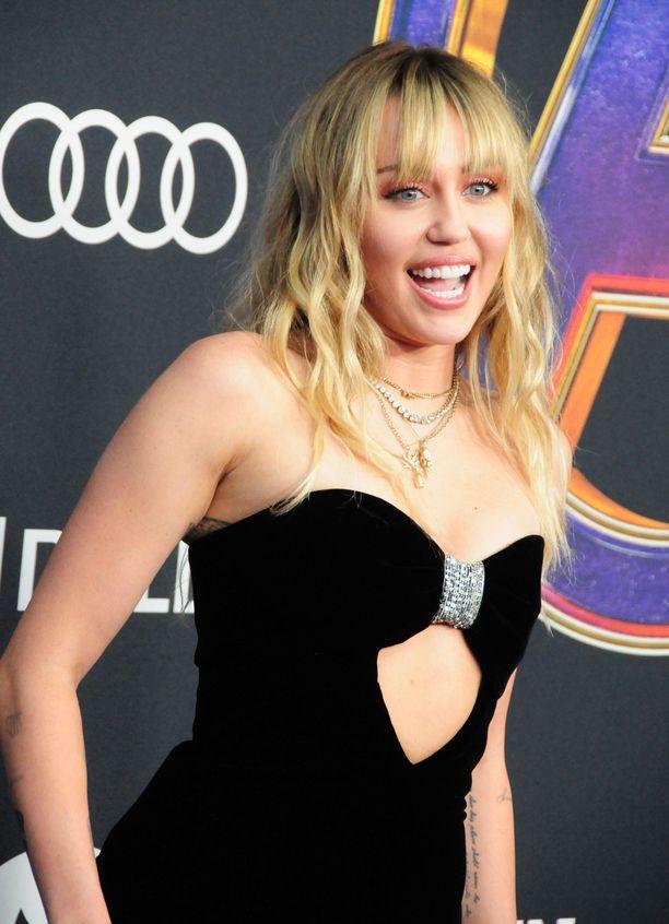 Laulaja Miley Cyrus erosi ja lähti aurinkolomalle Italiaan.