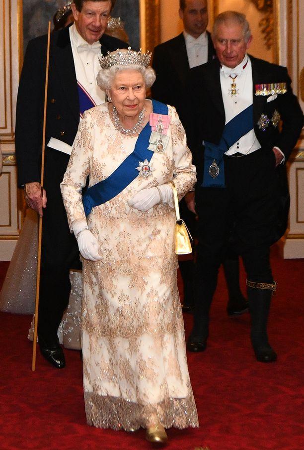 Kuningatar Elisabet pukeutui tyylikkääseen kimaltelevaan leninkiin.