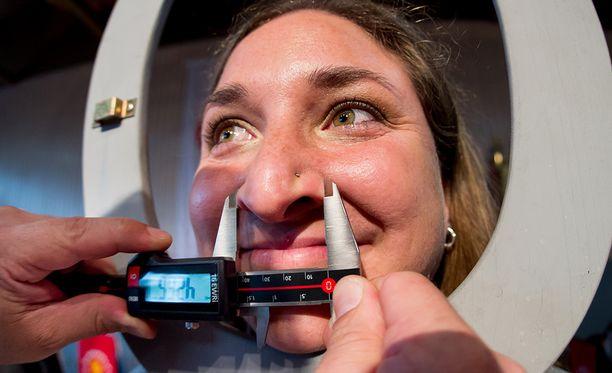 Naisten mestari Susanne Kloiber mittauttaa nenäänsä.