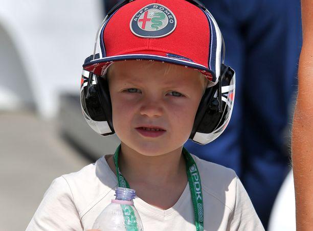 Kartingauto pysyy hienosti 4-vuotiaan Robin Räikkösen hallinnassa.